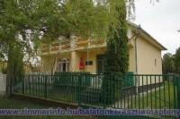 A Balaton partjától 500m-re gondozott, szépen parkosított kerttel 2x75 m2-es ikerház kiadó. Bérelhető 1-1 oldal 5 személy részére, vagy együtt a két oldal 10-11 fő számára. A két oldal egymástól szeparált.