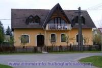 Nyaraljon Nálam Balatonbogláron! A vendégházam Balatonboglár csendes üdülőövezetében található, közel mindössze 200 m-re a Balatontól. Az árnyas, gondozott szabad strand pár perc sétával elérhető.