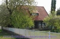 A Fanni nyaralóház a Balatontól 350 m-re, csendes, nyugodt környezetben, max.10 fő részére kiadó. Ideális családoknak, baráti köröknek. A házat a vendégek önállóan használhatják, a tulajdonos nem lakik ott.