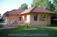 A Balaton déli partján Balatonlellén 100 m-re a központtól, csendes kis utcában, a vízparttól az ötödik, új, modern önálló nyaralóház egész évben nyitva. Ideális családoknak.