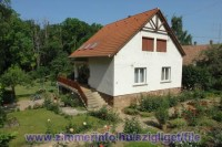 Szigligeten, a Balaton partján, nyugodt környezetben kiadó tetőtéri lakás teljes felszereltséggel kiadó.