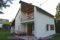 Nyaralóházunk a Balaton északi partján Balatonalmádiban található, 500 m-re a strandtól. Az apartman max. 7 fő részére kiadó! Ideális családoknak és baráti köröknek.