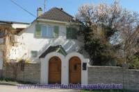 A Racket Apartmanház a Balatontól 800 méterre, Csopak szívében található.