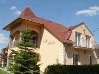 A Balaton észak-nyugati partján fekvő kiváló nyaralási, üdülési lehetőséget nyújtó Keszthely város zöldövezetében kínálunk szállást apartmanjainkban.