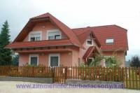 Házunk Badacsonytomaj csendes, nyugodt lakó-pihenő övezetében a Balaton partjától 800 méterre található. A tágas /160m2/ és modern berendezésű apartmanunkban 8 fő részére tudunk szállást biztosítani.