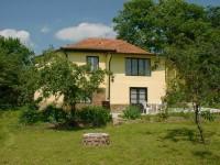 A Balaton északi partján Révfülöpön a Balatontól 700 m-re, csendes, nyugodt környezetben önálló nyaralóház max. 5 fő részére kiadó..