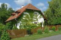 Vendégházunk Zánka csendes, nyugodt üdülőövezetében található, a Balaton partjától 50 méterre. A tágas és modern berendezésű házban 4 - 7 fő részére tudunk szállást biztosítani. A házat a vendégek önállóan használhatják.