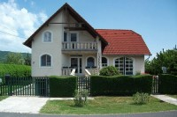 A Balaton partjától 500 méterre, csendes, nyugodt környezetben várjuk kedves vendégeinket. A házban 2 apartman áll a pihenni és kikapcsolódni vágyók rendelkezésére.