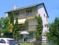 Üdülőházunk Balatonfüred központjában, 100 méterre a Balatontól 2 percre a sétánytól, szállodák és éttermek közvetlen közelében található.