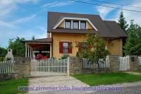 A Balaton északi partján Balatonalmádiban, csendes, nyugodt környezetben önálló nyaralóház 2-8 fő részére kiadó! Párok és családok számára egyaránt kényelmes pihenést biztosít. A házat a vendégek önállóan használhatják, a tulajdonos nem lakik ott.