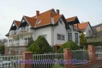 A Balaton északi partján Balatonfüreden, csendes környezetben, modern apartmanház, csodálatos panorámával a Balatonra kiadó!