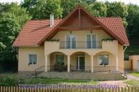 Balatonalmádi központjában található, kis erdővel határolt csendes, szép környezetben 2 - 8 fő részére kiadó apartmanunk.