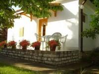 Ez a kertes családi ház Balatonfüred központjában található. A házat a vendégek önállóan használhatják.