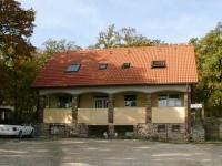 A balatoni kerékpárút mellett, gyönyörű panorámás, egész évben üzemelő 4 kiadó szobában kellemes pihenésben és kikapcsolódásban lehet része, a Balatontól mindössze 50 méterre.