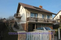 Önálló, körbekerített, két egybenyitható apartmannal rendelkező családi ház 3-4 család részére kiadó.