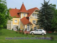 A kastély jellegű Villa, nyugodt csendes környezetben található kb. 800 m-re a Balatontól.