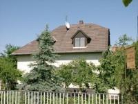 A Balaton partjától 600 méterre, csendes, nyugodt környezetben várjuk a pihenni és kikapcsolódni vágyó kedves vendégeinket. A házban egy külön bejáratú apartman áll az Önök rendelkezésére.