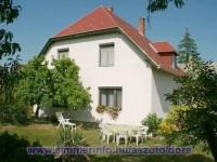 Kellemes nyaralás a Balaton északi partján, Aszófőn 2-6 fő részére.  Ez a kertes családiház Aszófőn, Tihanytól és Balatonfüredtől kb. 5km-re található.