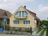 Kisapáti a Szent György-hegy keleti oldalán lévő község. Tapolcától 4 km-re, a Balatontól 6 km-re fekszik. A Balaton közelségén kívül, a község csendes nyugodt, szép körtnyezetben fekszik, panorámával az európaszerte híres bazalt orgonákra!