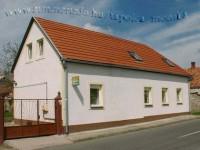 A Mónika Vendégház a belváros közelében csöndes, nyugodt környezetben várja az idelátogatókat.