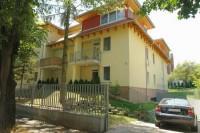 Héviz belvárosában, csendes, nyugodt utcában a Tófürdőtöl 350m-re, apartman kiadó.